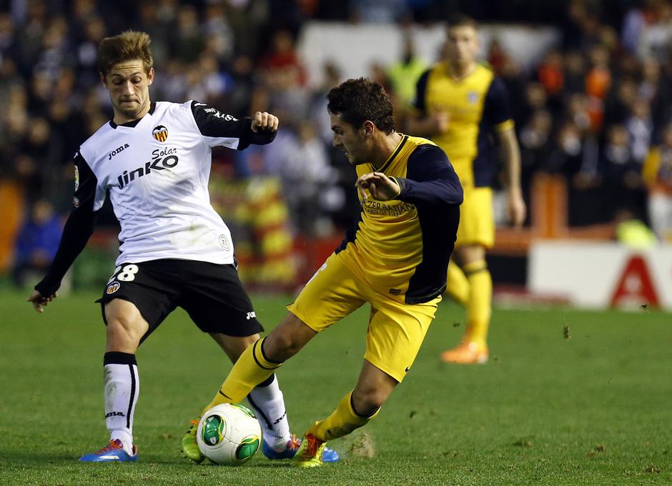 Temporada 13/14 Copa del Rey. Valencia - Atlético de Madrid. Koke protege el balón ante Fede.