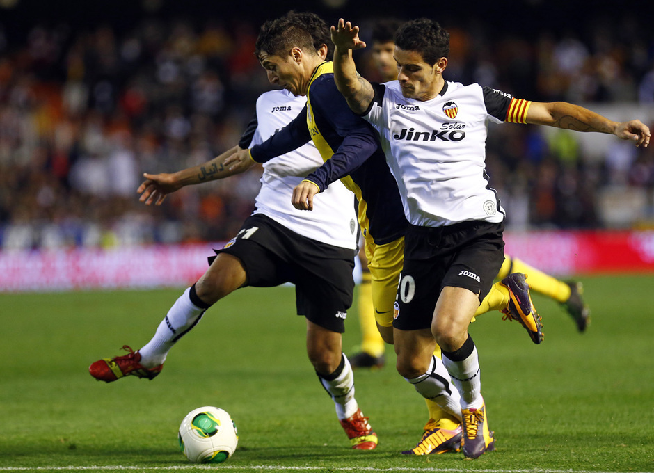 Temporada 13/14 Copa del Rey. Valencia - Atlético de Madrid. Cristian Rodríguez es derribado en la frontal del área.