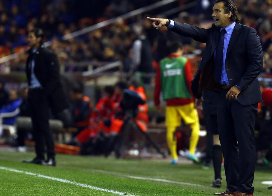 Temporada 13/14 Copa del Rey. Valencia - Atlético de Madrid. Pizzi da órdenes a los suyos.