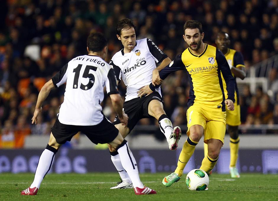 Temporada 13/14 Copa del Rey. Valencia - Atlético de Madrid. Adrián protege el balón ante la entrada de Míchel.