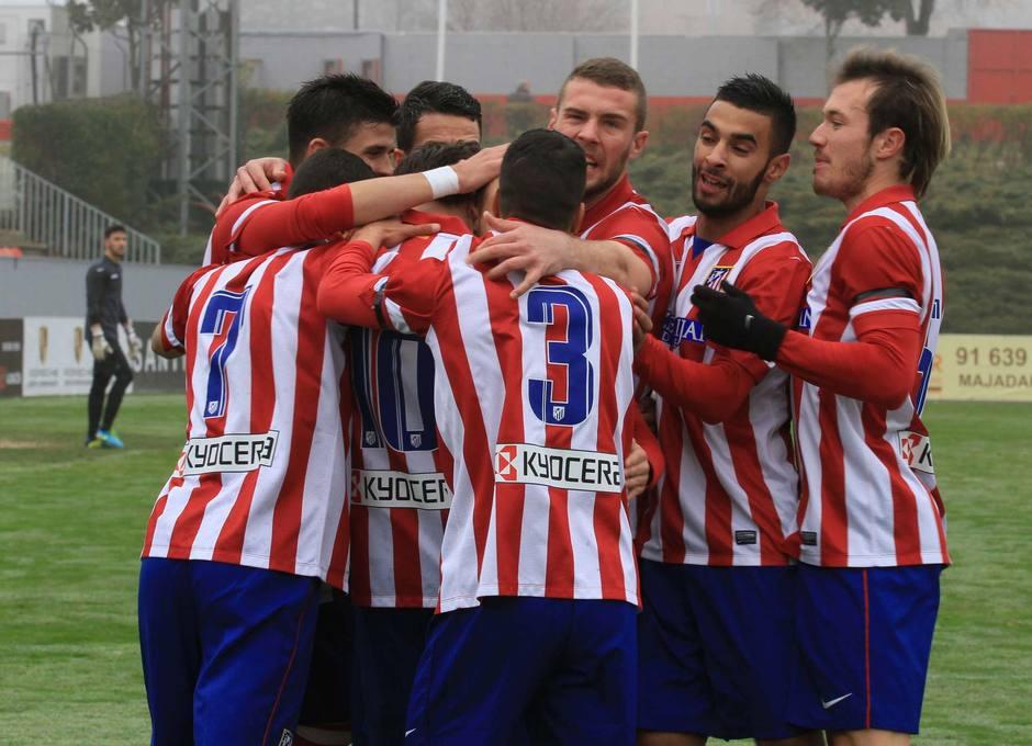 Los jugadores del Atlético B hacen piña con Aquino tras el gol del delantero rojiblanco al Getafe B