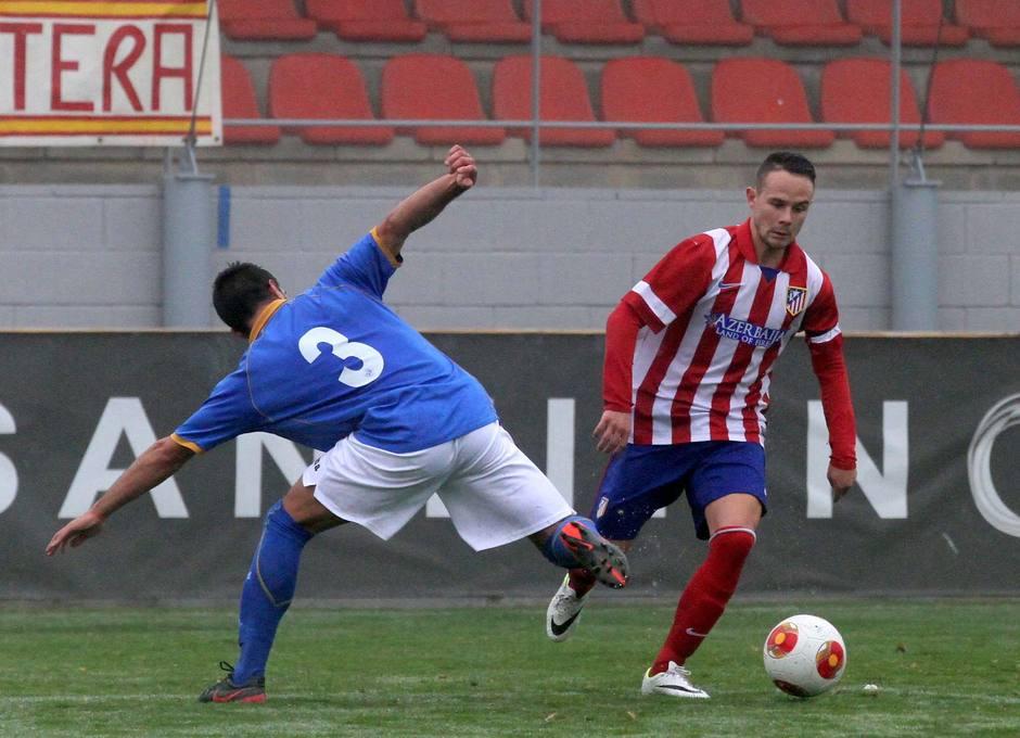 Iván Sánchez recorta a un rival en una de sus internadas por la banda en el partido contra el Getafe B