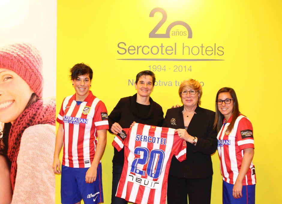 Temporada 2013-2014. Las jugadoras con Marisol Turró y la camiseta conmemorativa