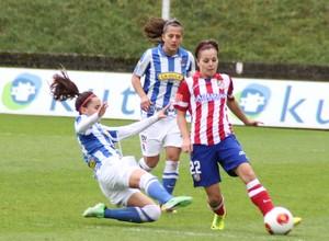 Temporada 2013-2014. Claudia manda un balón en larga ante una jugadora de la Real Sociedad