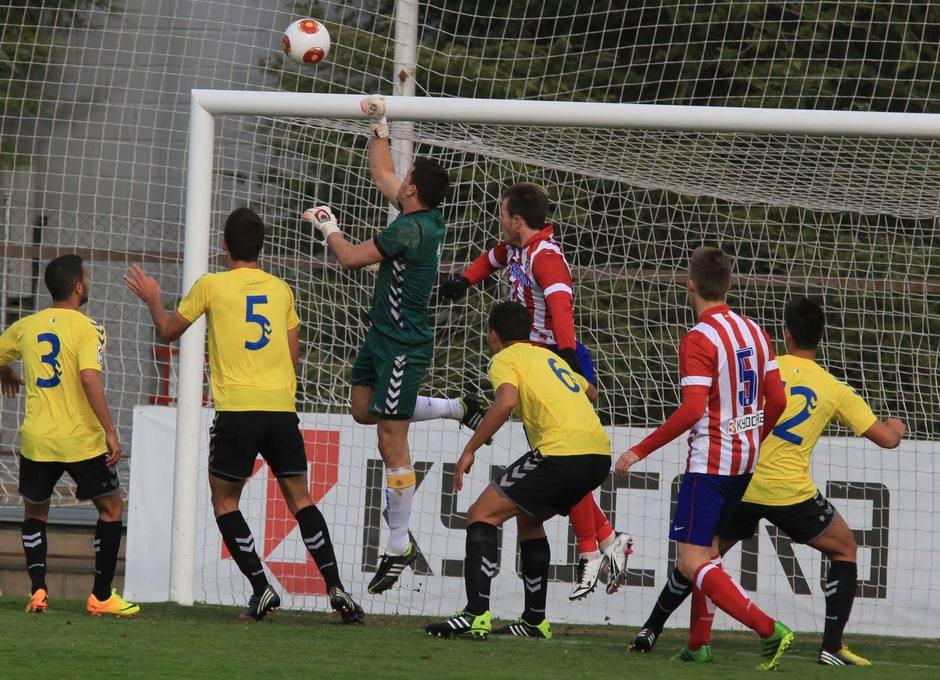 El portero de Las Palmas Atlético Alex despeja de puños en el partido en el que el Atlético B cayó ante Las Palmas Atlético en la Ciudad Deportiva