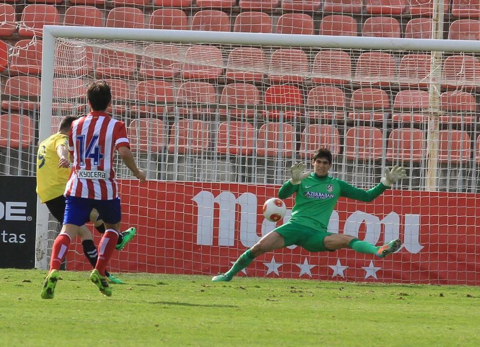 El meta del Atlético B, Bono, despeja un remate a bocajarro del ariete de Las Palmas Atlético Héctor