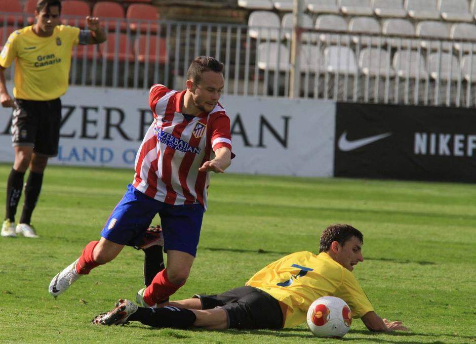 Iván Sánchez recorta a un rival en una de sus internadas por la banda en el partido contra Las Palmas Atlético
