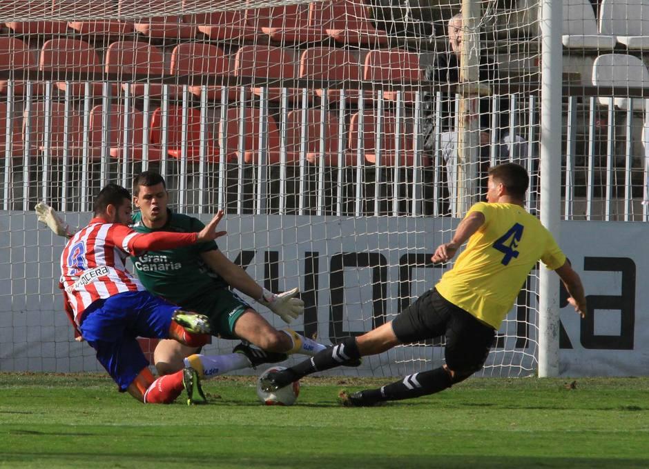 Rubén Mesa intenta rematar un balón ante la oposición del defensa Leo, de Las Palmas Atlético