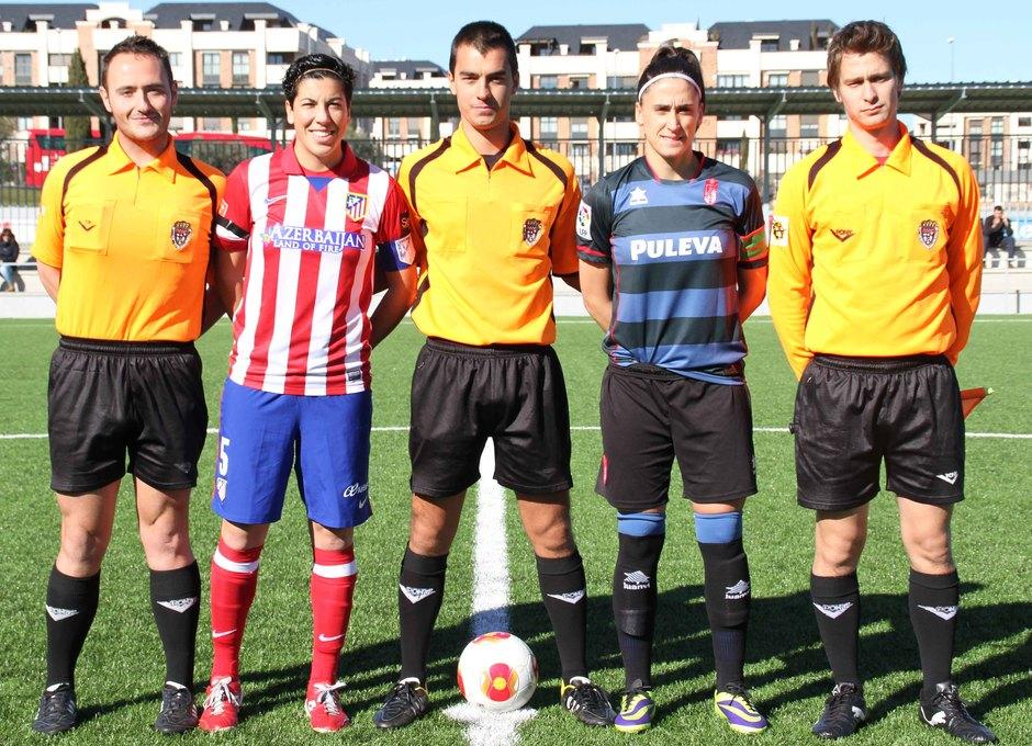 Temporada 2013-2014. Trío arbitral con las capitanas del Féminas y Granada