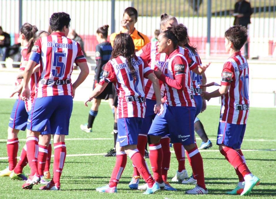 Temporada 2013-2014. Las jugadoras abrazan a Amanda tras el primer gol
