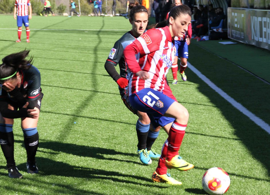 Temporada 2013-2014. Esther rodeadas de jugadoras granadinas