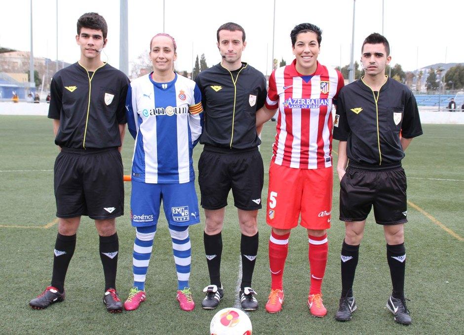 Temporada 2013-2014. Capitanas del Espanyol y Atleti junto a los árbitros