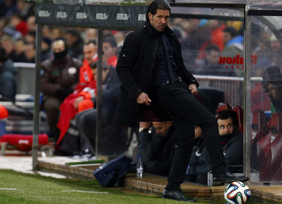 temporada 13/14. Partido Atlético_Real Madrid. Copa del Rey. Simeone con el balón