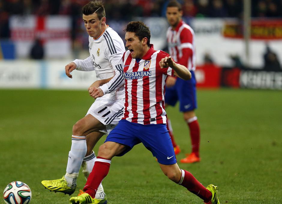 temporada 13/14. Partido Atlético_Real Madrid. Copa del Rey. Koke con el balón