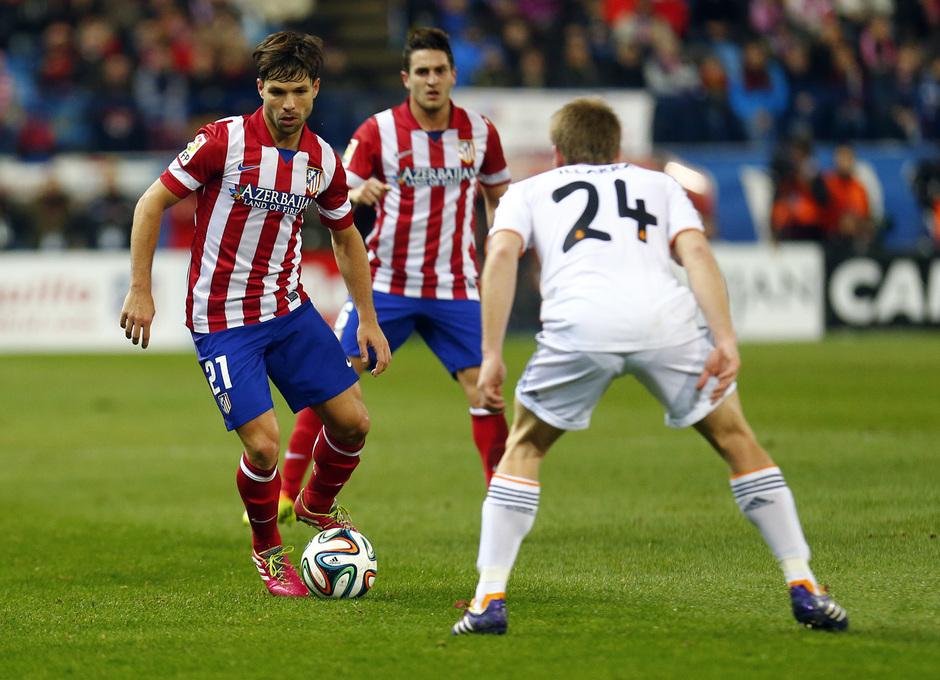 temporada 13/14. Partido Atlético_Real Madrid. Copa del Rey. Diego Ribas con el balón