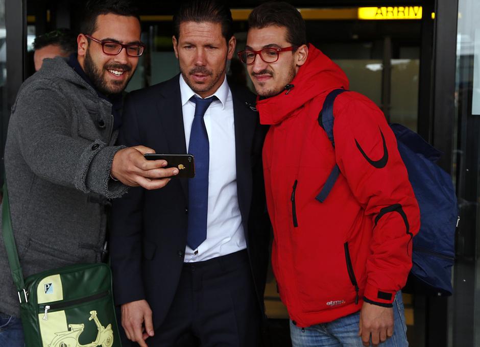 temporada 13/14. Llegada a Milan. Simeone posando con dos aficionados