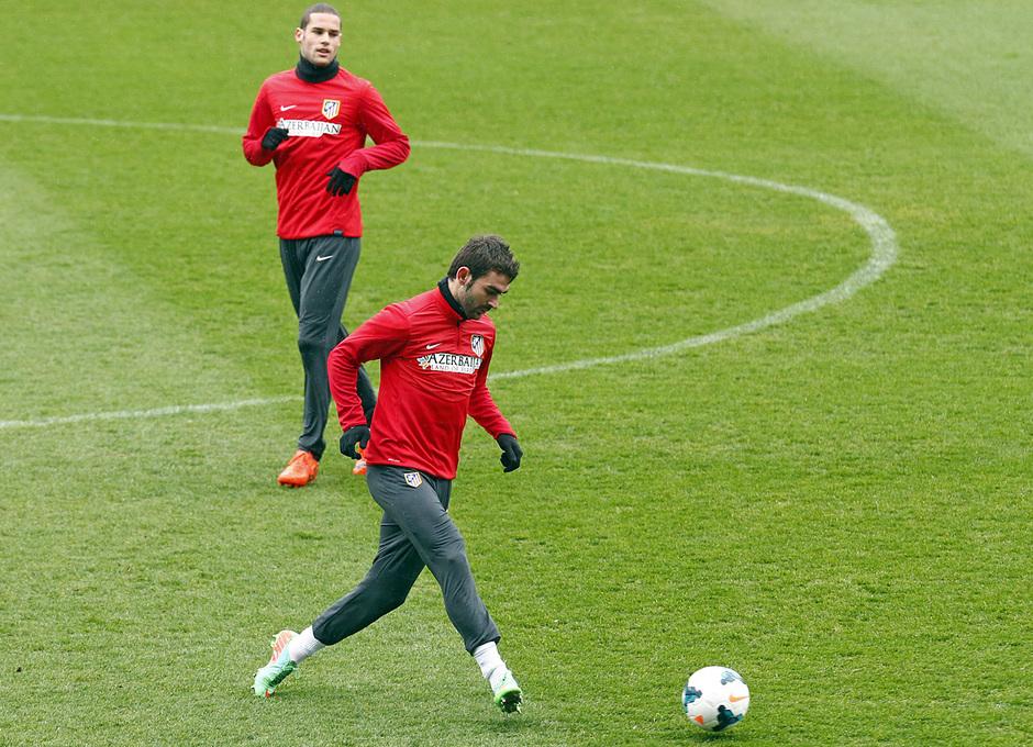 temporada 13/14. Equipo entrenando en el Calderón. Adrián con el balón