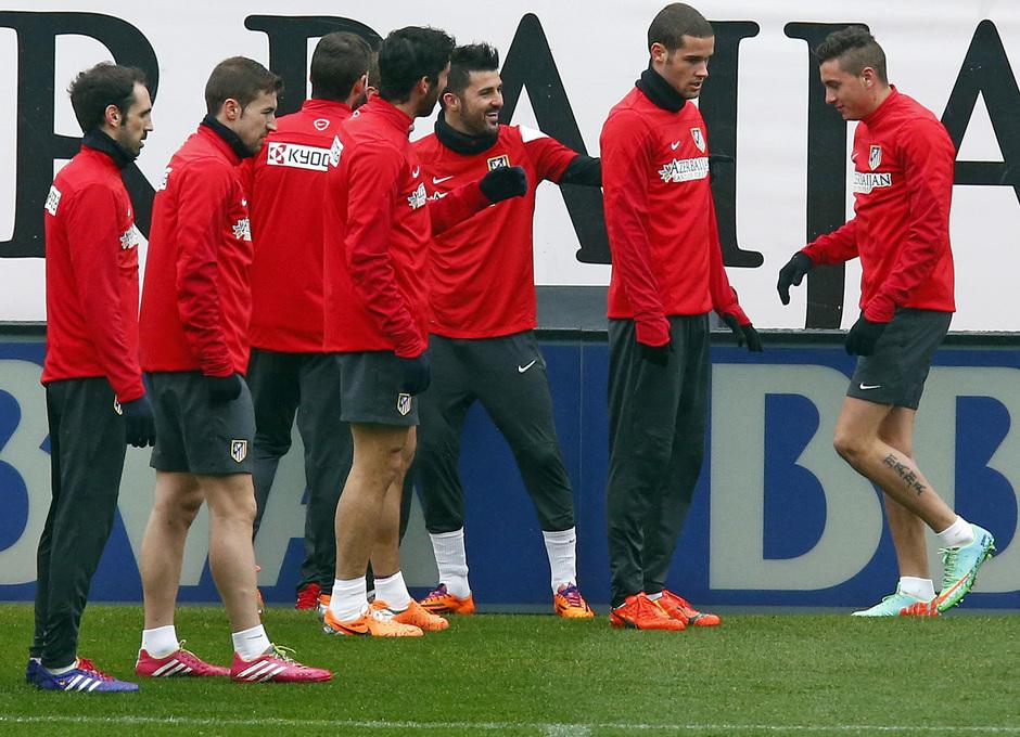 temporada 13/14. Equipo entrenando en el Calderón. Jugadores bromeando