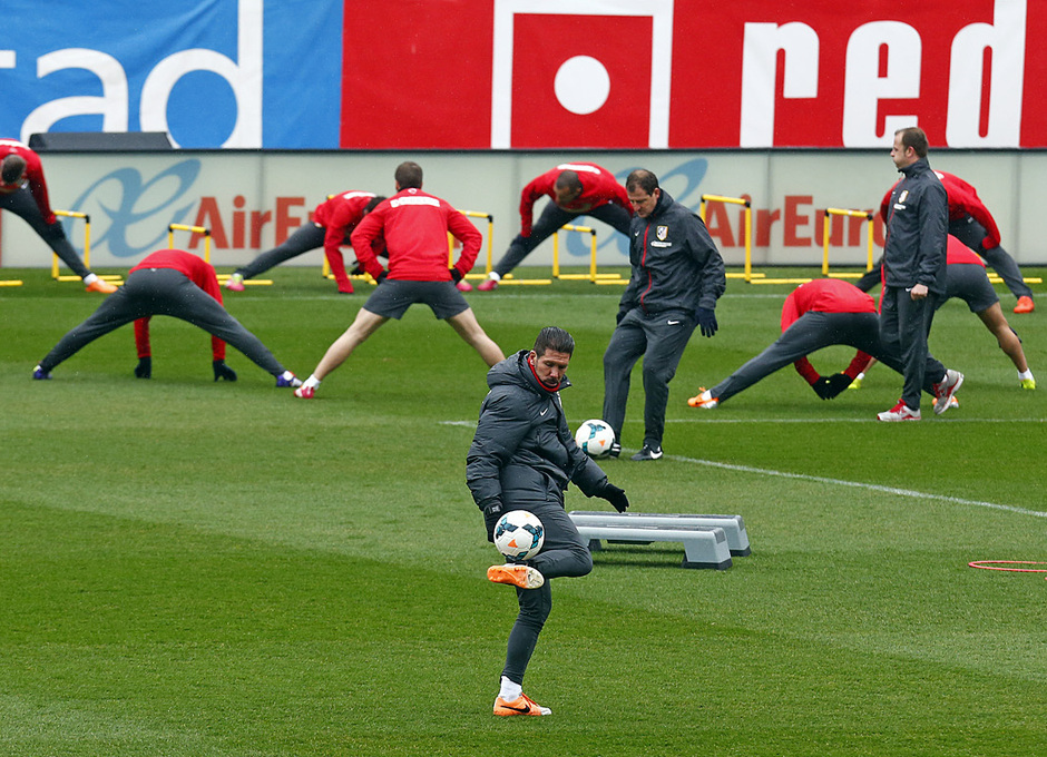 temporada 13/14. Equipo entrenando en el Calderón. Jugadores estirando