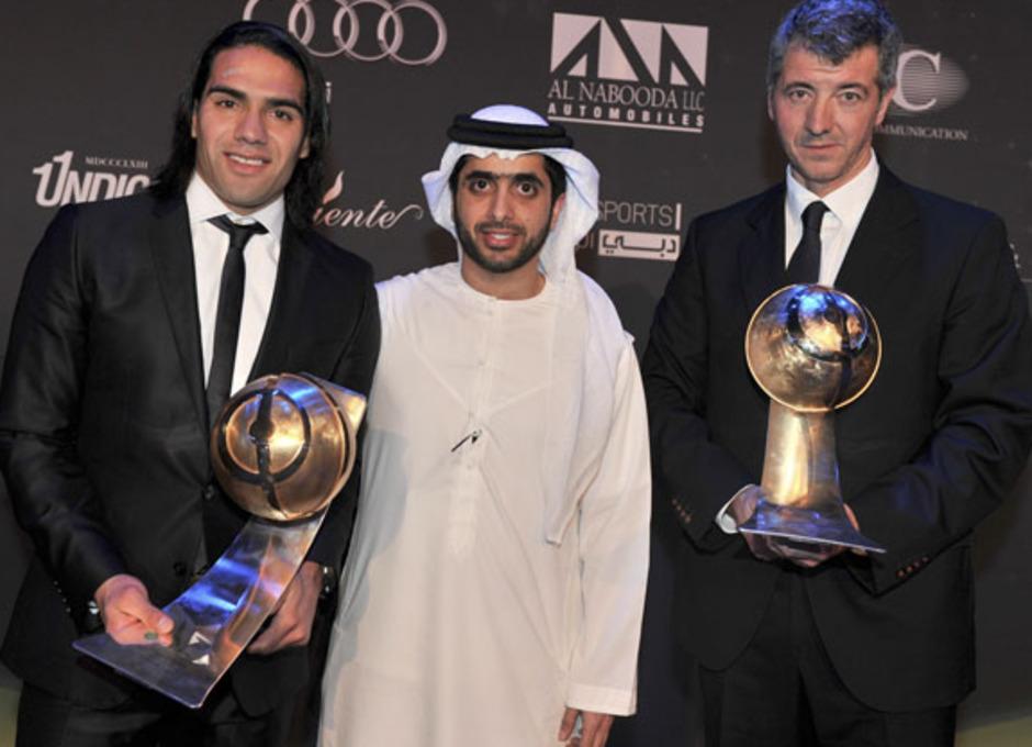Miguel Ángel Gil y Radamel Falcao posan con los galardones de mejor jugador y mejor equipo del mundo 2012