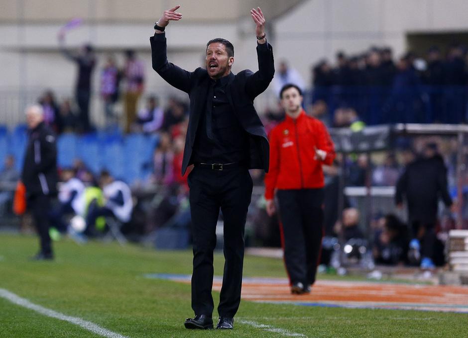 temporada 13/14. Partido Atlético de Madrid-Espanyol. Simeone haciendo gestos en la banda