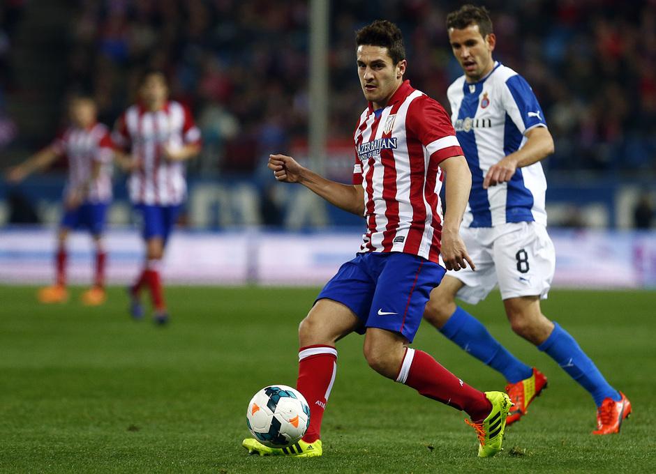 temporada 13/14. Partido Atlético de Madrid-Espanyol. Koke pasando un balón