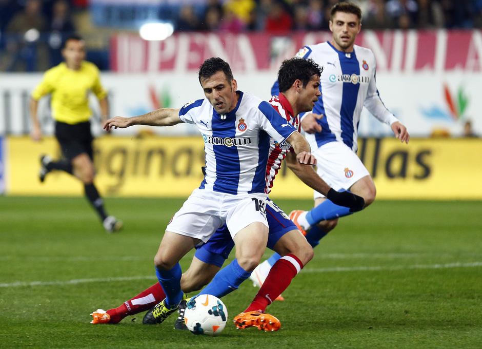temporada 13/14. Partido Atlético de Madrid-Espanyol. Costa cae al suelo ante un rival