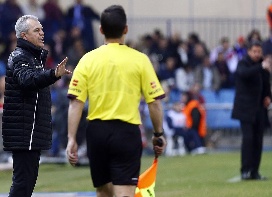 temporada 13/14. Partido Atlético de Madrid-Espanyol. Aguirre dando órdenes en la banda