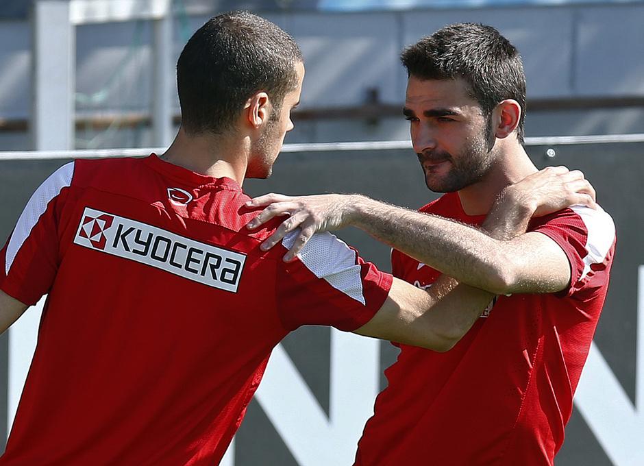 Temporada 13/14. Entrenamiento en la Ciudad Deportiva de Majadahonda. Mario y Adrián durante los estiramientos.