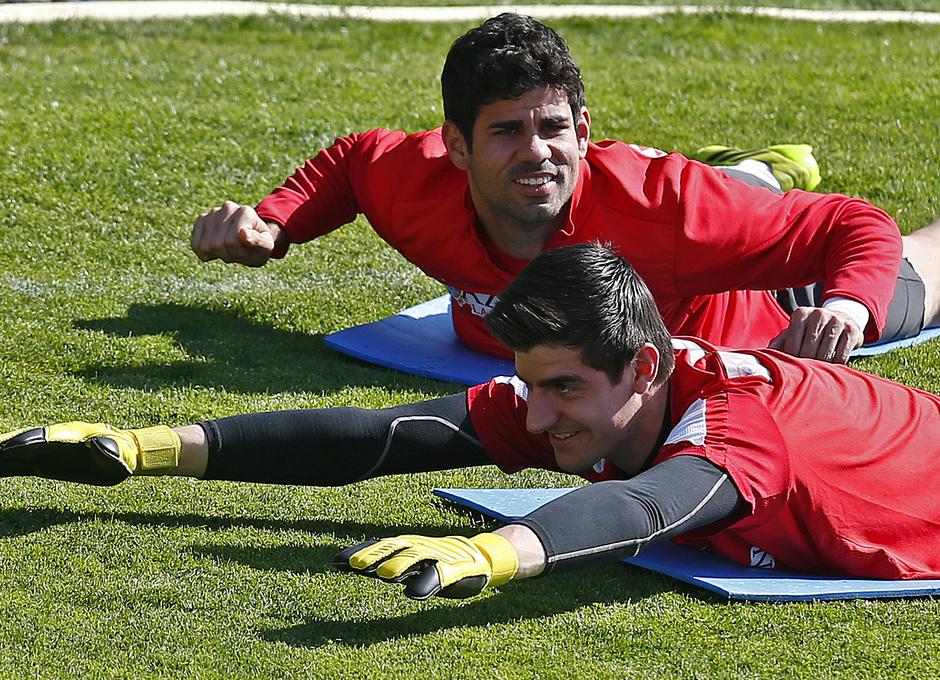Temporada 13/14. Entrenamiento en la Ciudad Deportiva de Majadahonda. Courtois y Diego Costa durante los estiramientos.