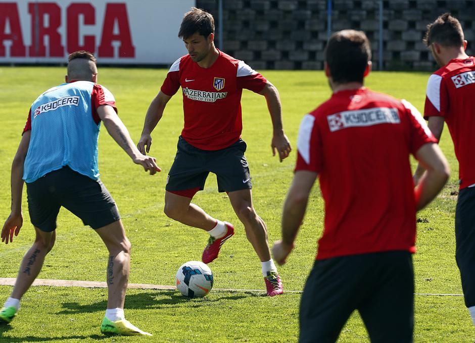 TEMPORADA 2013/14. Entrenamiento primer equipo en Majadahonda. Diego Ribas busca el pase durante un rondo.