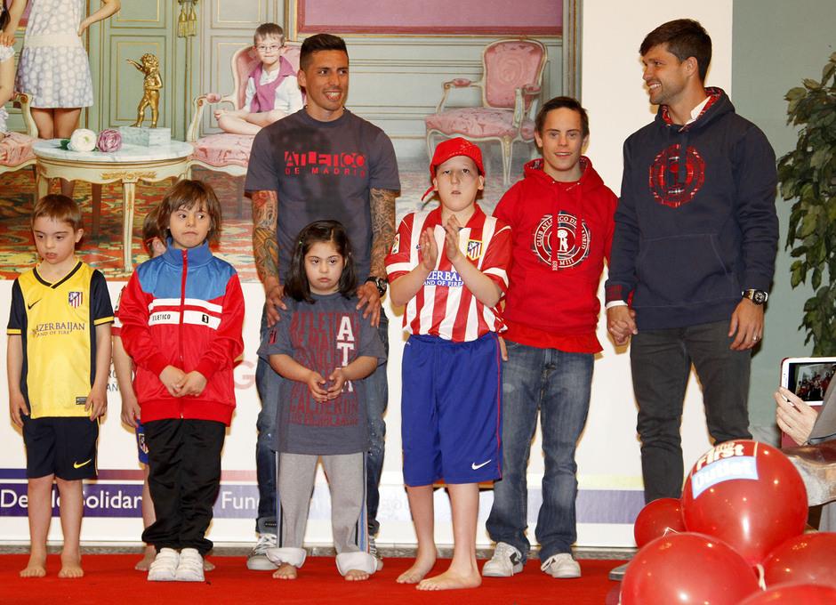 Diego Ribas y Sosa posan con los niños de la Fundación Garrigou que desfilaron en el Palacio de Fernán Núñez