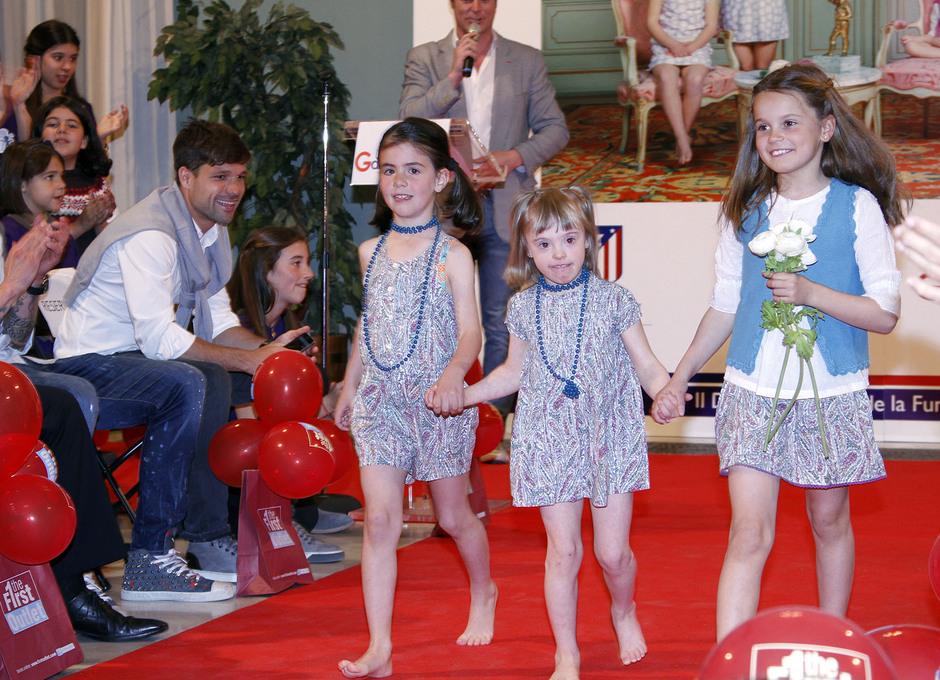 Un momento del desfile de los niños de la Fundación Garrigou, con Diego Ribas y Sosa disfrutando del mismo