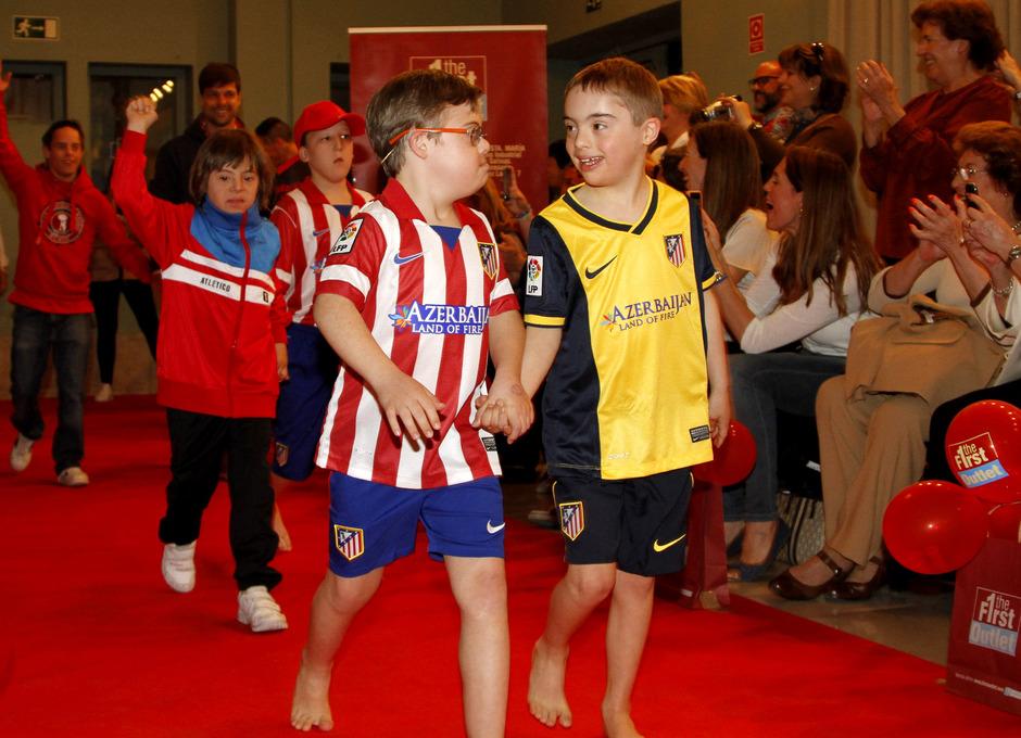 El punto y final al desfile lo pusieron los niños con ropa del Atlético junto a Sosa y Diego