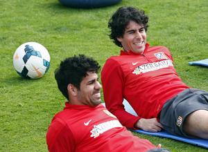 Temporada 13/14. Entrenamiento en la Ciudad Deportiva de Majadahonda. Diego Costa y Tiago sonríen en el estiramiento.