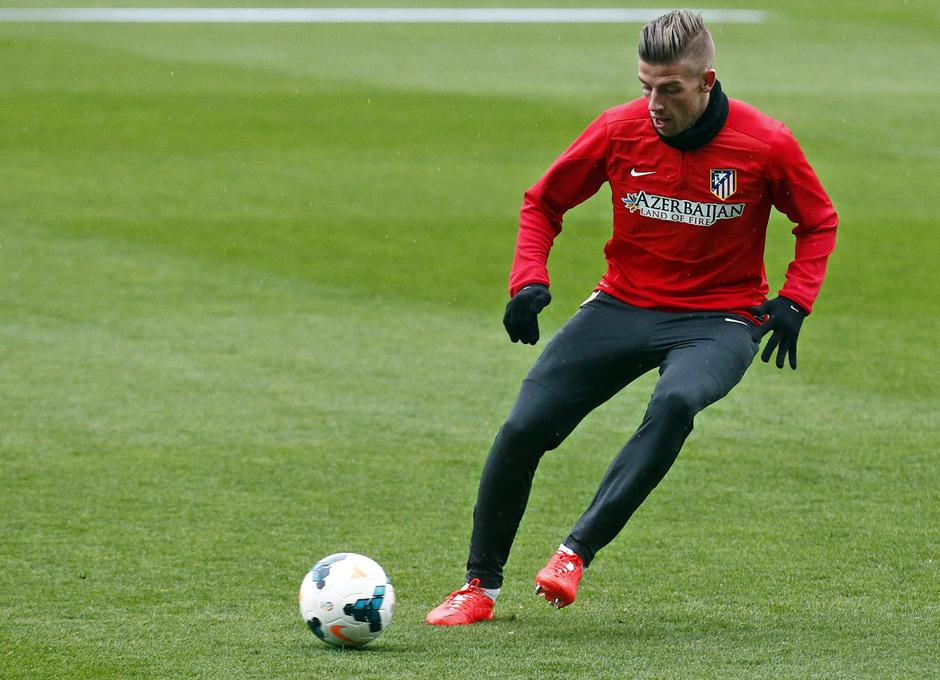 temporada 13/14. Entrenamiento. Alderweireld con el balón entrenando en el Estadio Vicente Calderón