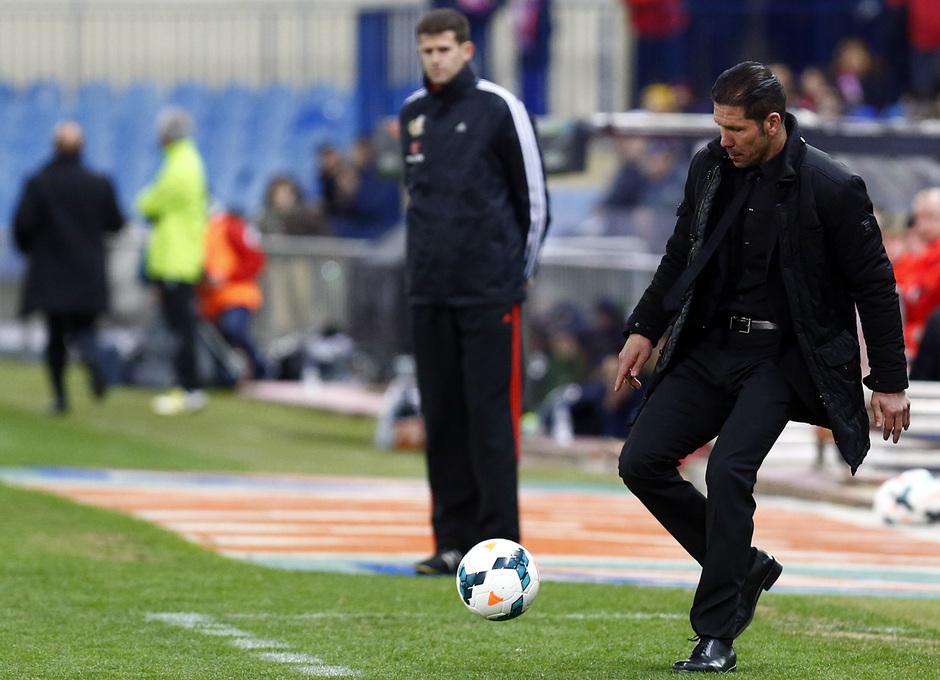 temporada 13/14. Partido Atlético de Madrid-Sevilla. Simeone con el balón
