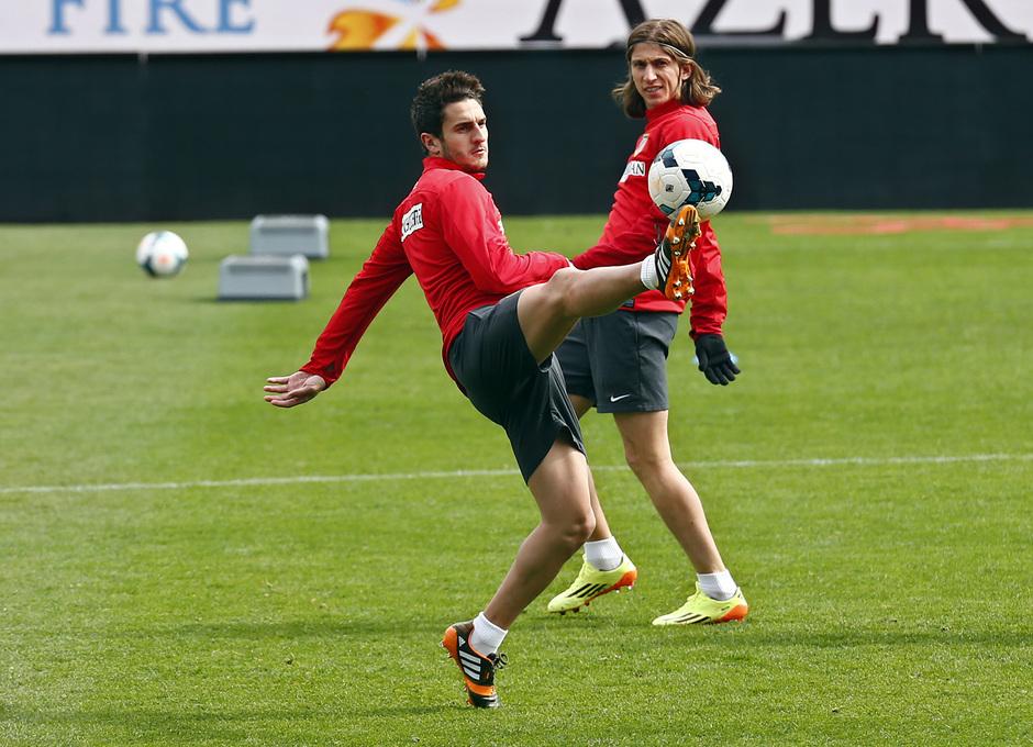 temporada 13/14. Entrenamiento en el estadio Vicente Calderón. Koke con el balón