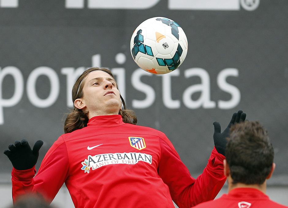 Filipe Luis hace un control de balón con el pecho durante el entrenamiento del viernes