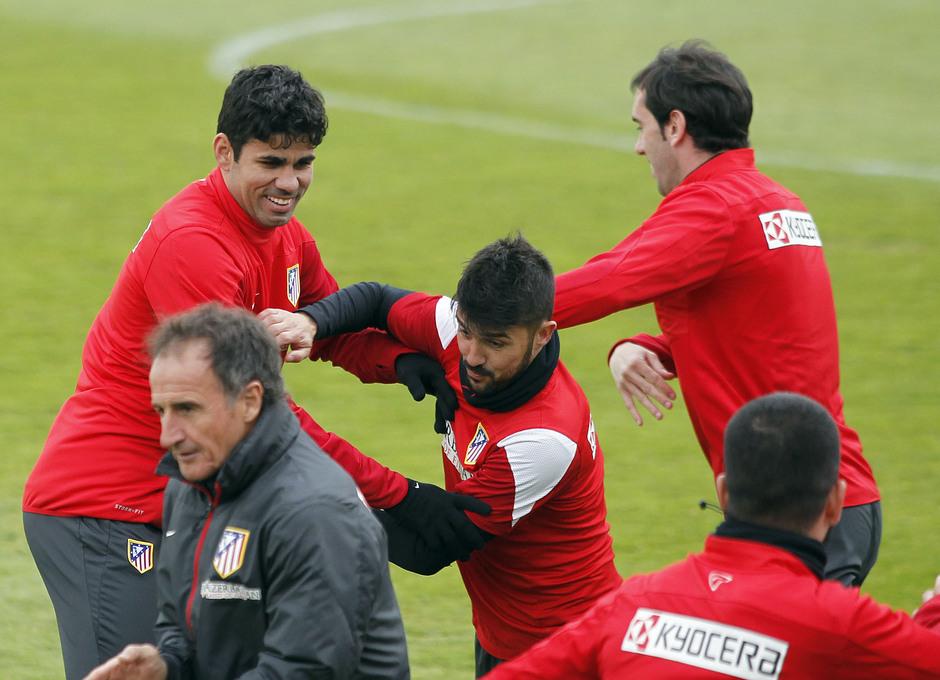 Diego Costa, Villa y Godín participan en un ejercicio físico en el entrenamiento vespertino del viernes en la Ciudad Deportiva
