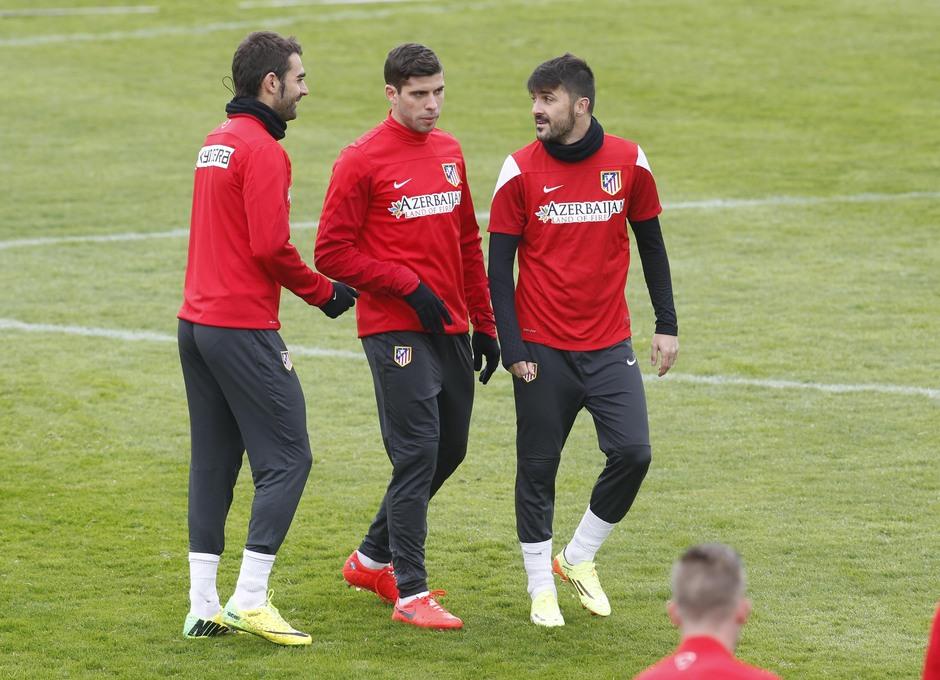 Temporada 13/14. Entrenamiento. Adrián, Insua y Villa hablando.
