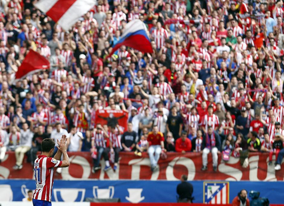 temporada 13/14 Partido. Atlético de Madrid_Villarreal. Diego retirándose y aplaudiendo a la grada