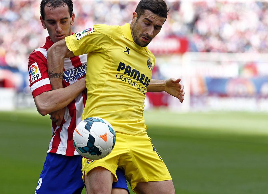 temporada 13/14 Partido. Atlético de Madrid_Villarreal. Godín con el balón
