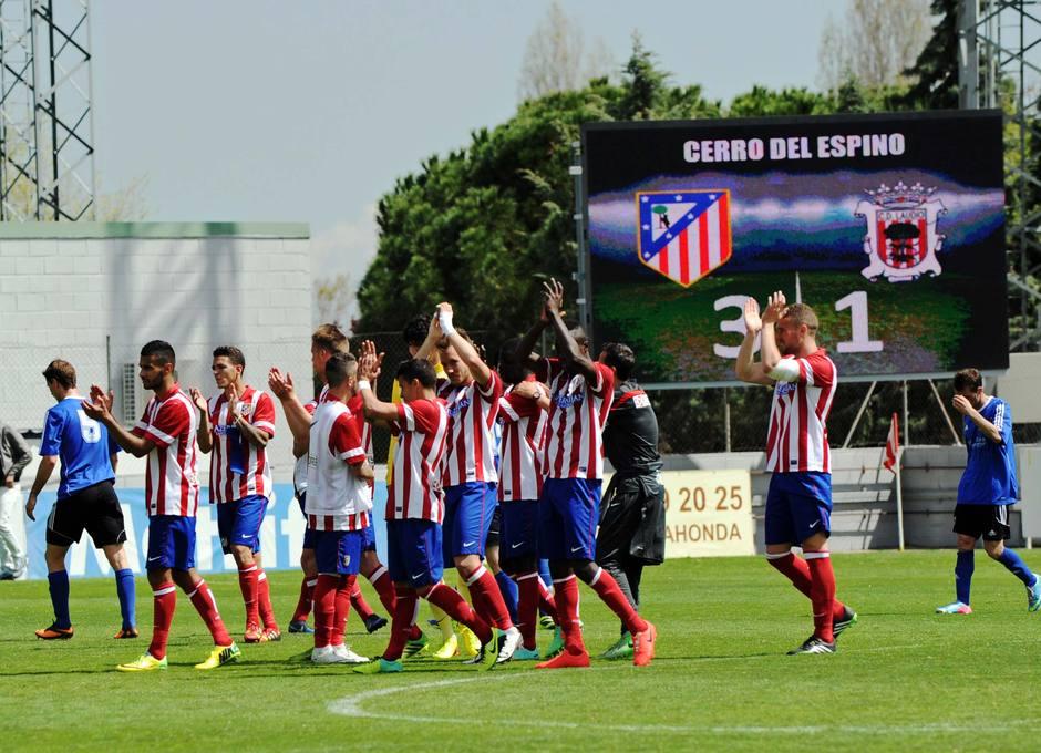Los jugadores del Atlético B aplauden a la afición agradeciendo el incondicional apoyo en el partido contra el Laudio (3-1)