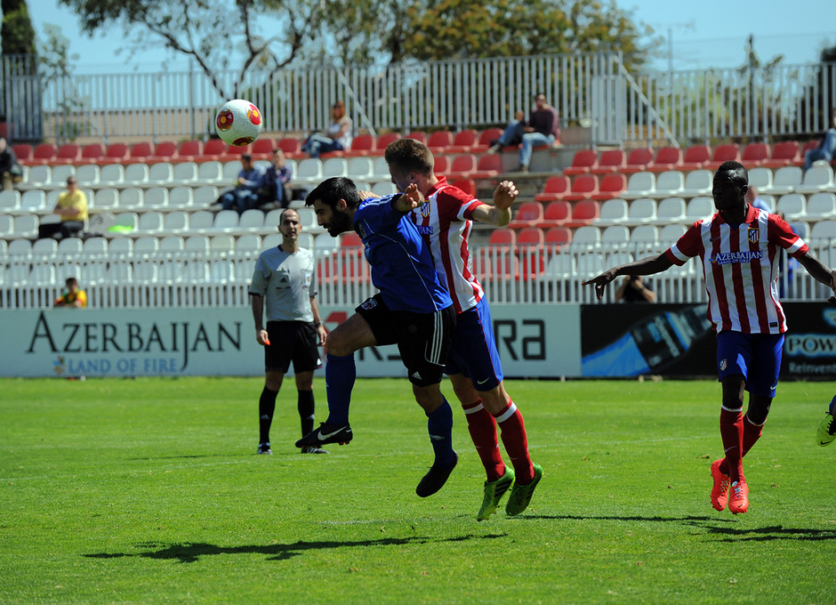 Tiri despeja el balón ante un jugador del Laudio en el partido en el que los rojiblancos ganaron por 3-1