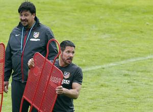 temporada 13/14. Entrenamiento en la Ciudad deportiva de Majadahonda. Simeone y Burgos dirigiendo el entrenamiento