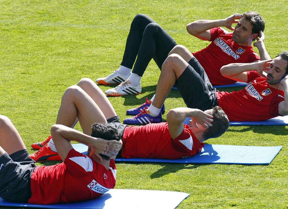 temporada 13/14. Entrenamiento en la Ciudad deportiva de Majadahonda. Jugadores haciendo abdominales durante el entrenamiento