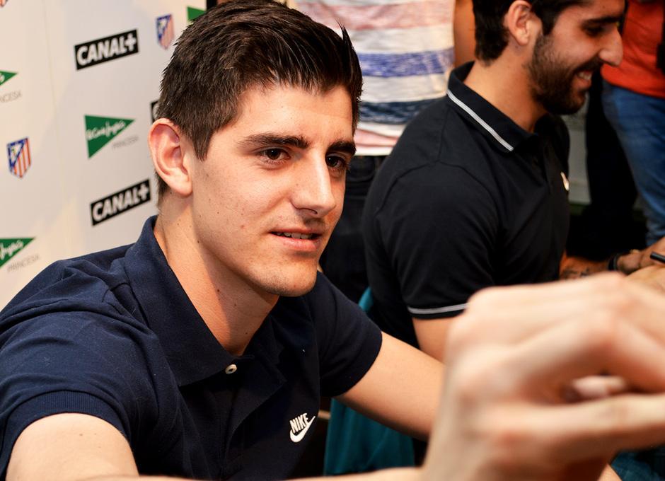 Thibaut Courtois estampa su firma a a uno de los fans que se acercaron a El Corte Ingles de la madrileña calle Princesa