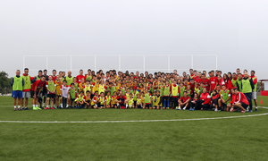La primera plantilla visitó a los niños del Campus de la Fundación