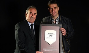 Gabi receives a commemorative plaque to celebrate his 400 matches